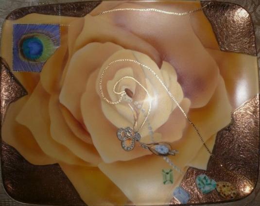 La rose jaune aux bijoux